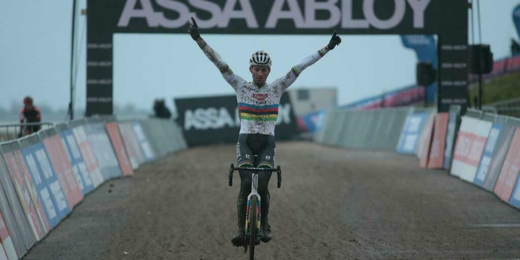 Mathieu Van der Poel impresses after oneman show in Hulst, Wout van Aert remains leader of the World Cup.
