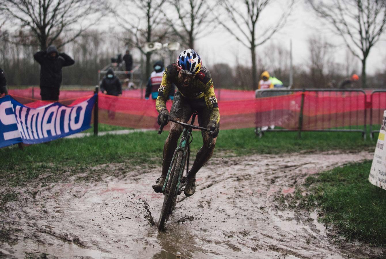 Wout van Aert remporte la Coupe du monde de cyclocross à Termondeère dominante