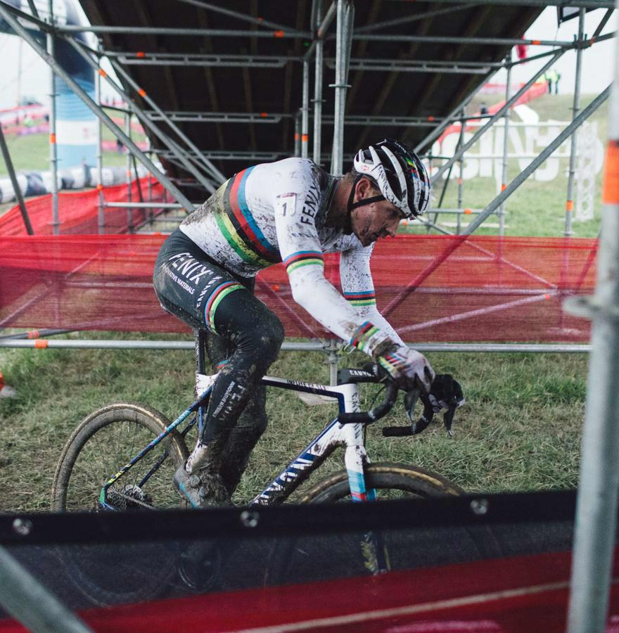 Mathieu Van der Poel imponeert na onemanshow in Hulst, Wout van Aert blijft leider in de wereldbeker