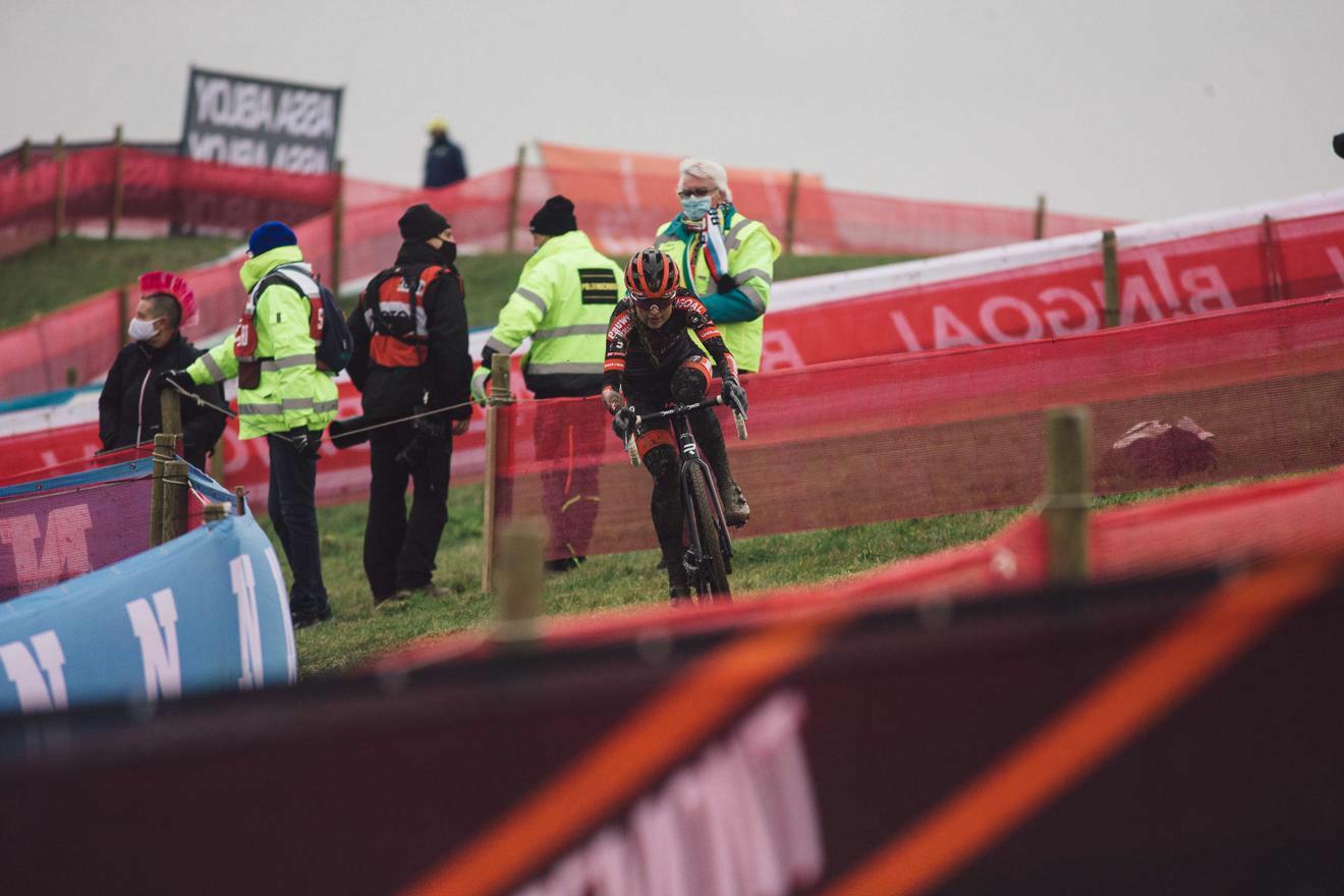 Opnieuw Oranje boven in de vrouwencross : Betsema oppermachtig in Hulst, Brand zeker van eindzege Wereldbeker