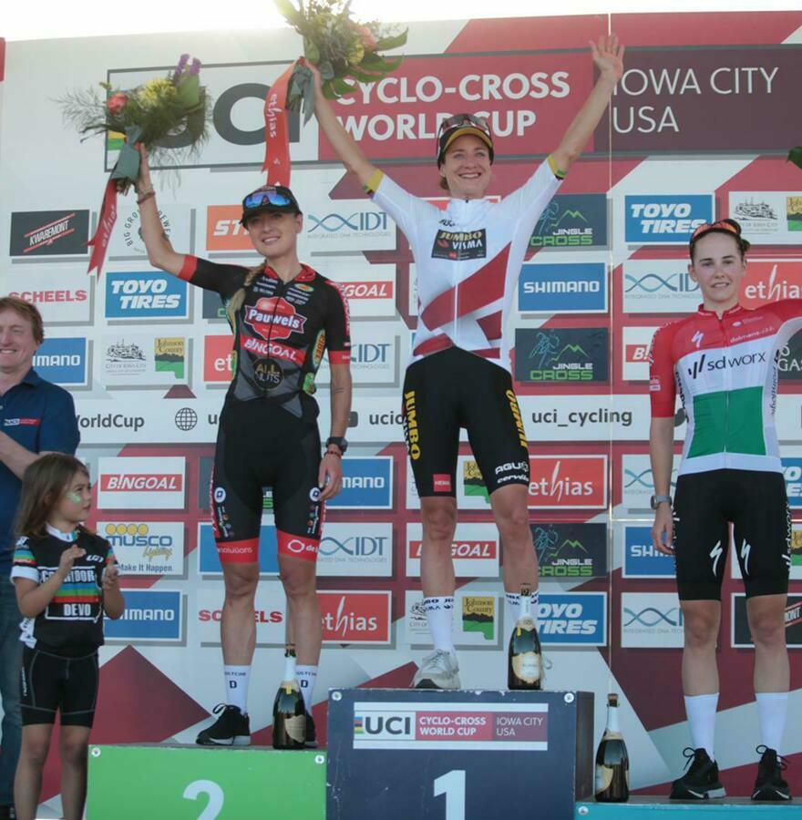Vos finishes solo and claims leader's jersey